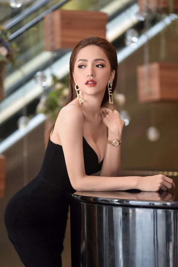 Chiếc Rolex Datejust giá hơn 300 triệu đồng được Hương Giang ứng dụng đa dạng cả khi đi tiệc lẫn lúc hẹn hò.