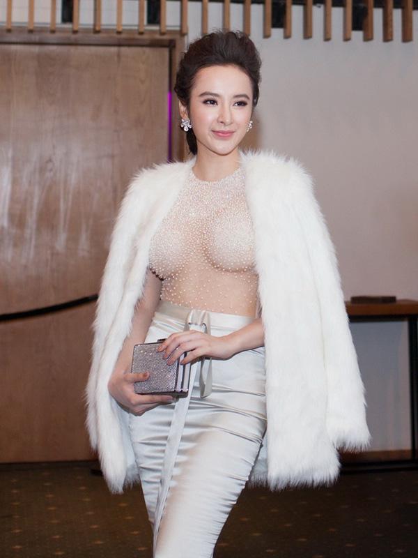 Angela Phương Trinh từng có thời gian đi đâu nổi đó với những bộ cánh khoe ngực không thể táo bạo hơn.