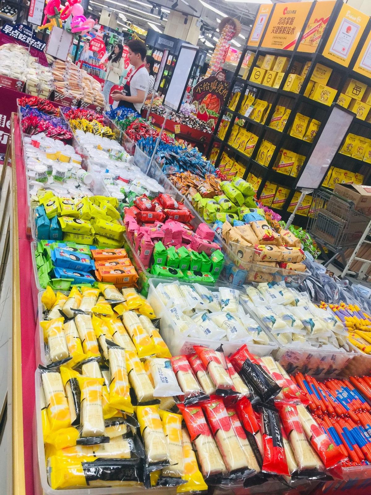 Tất cả bánh trái sẽ được tính tiền theo cân nặng. Bạn chỉ việc chọn những loại mình thích ăn rồi bỏ vào túi sau đó cân và trả tiền.