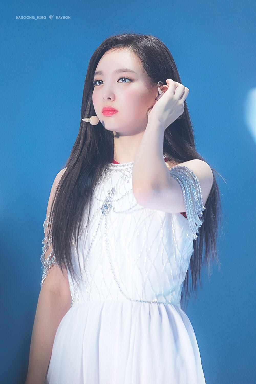 Na Yeon (Twice) dịu dàng trong bộ váy trắng.