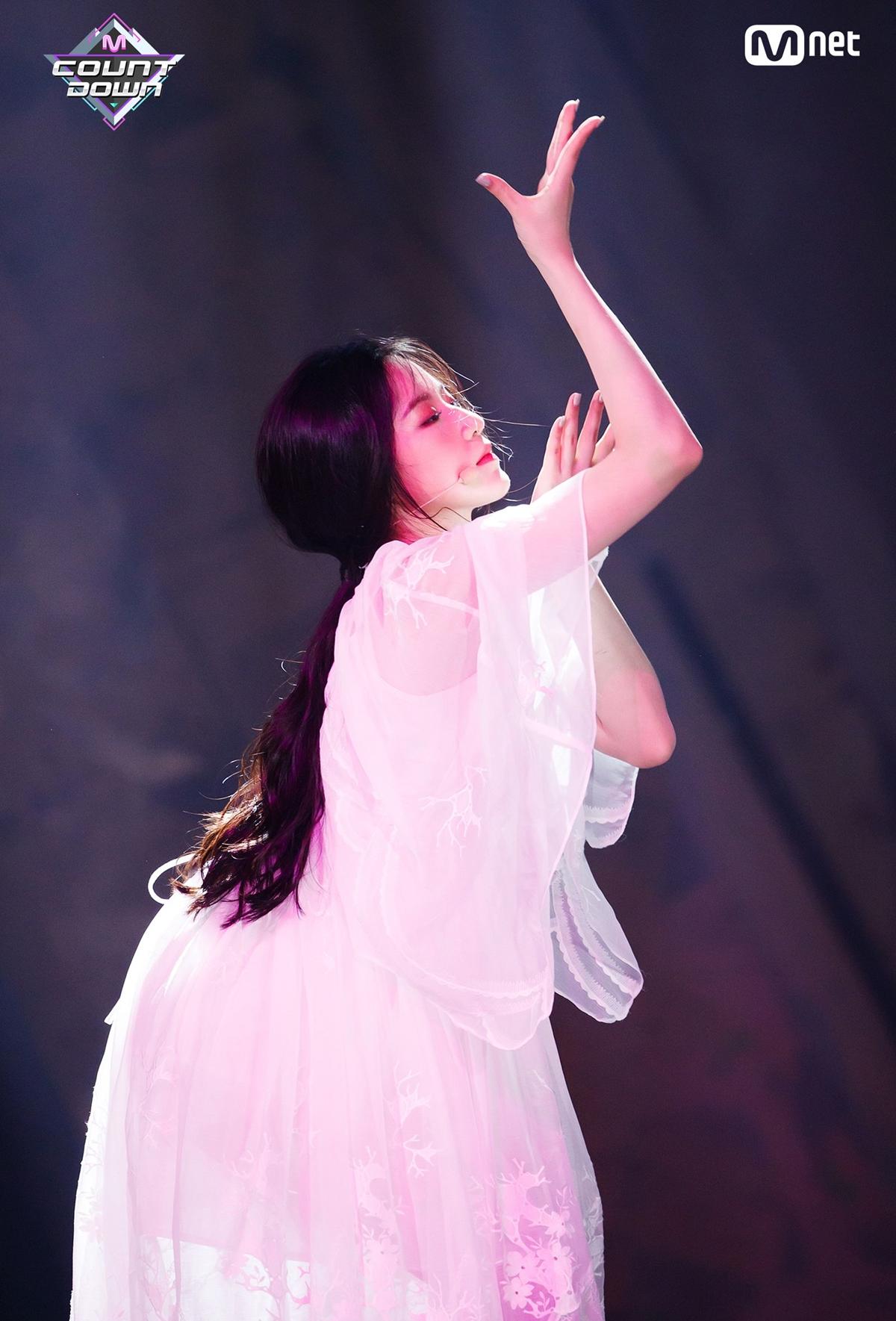 Shu Hua (G)I-DLE mê hoặc trên sân khấu.