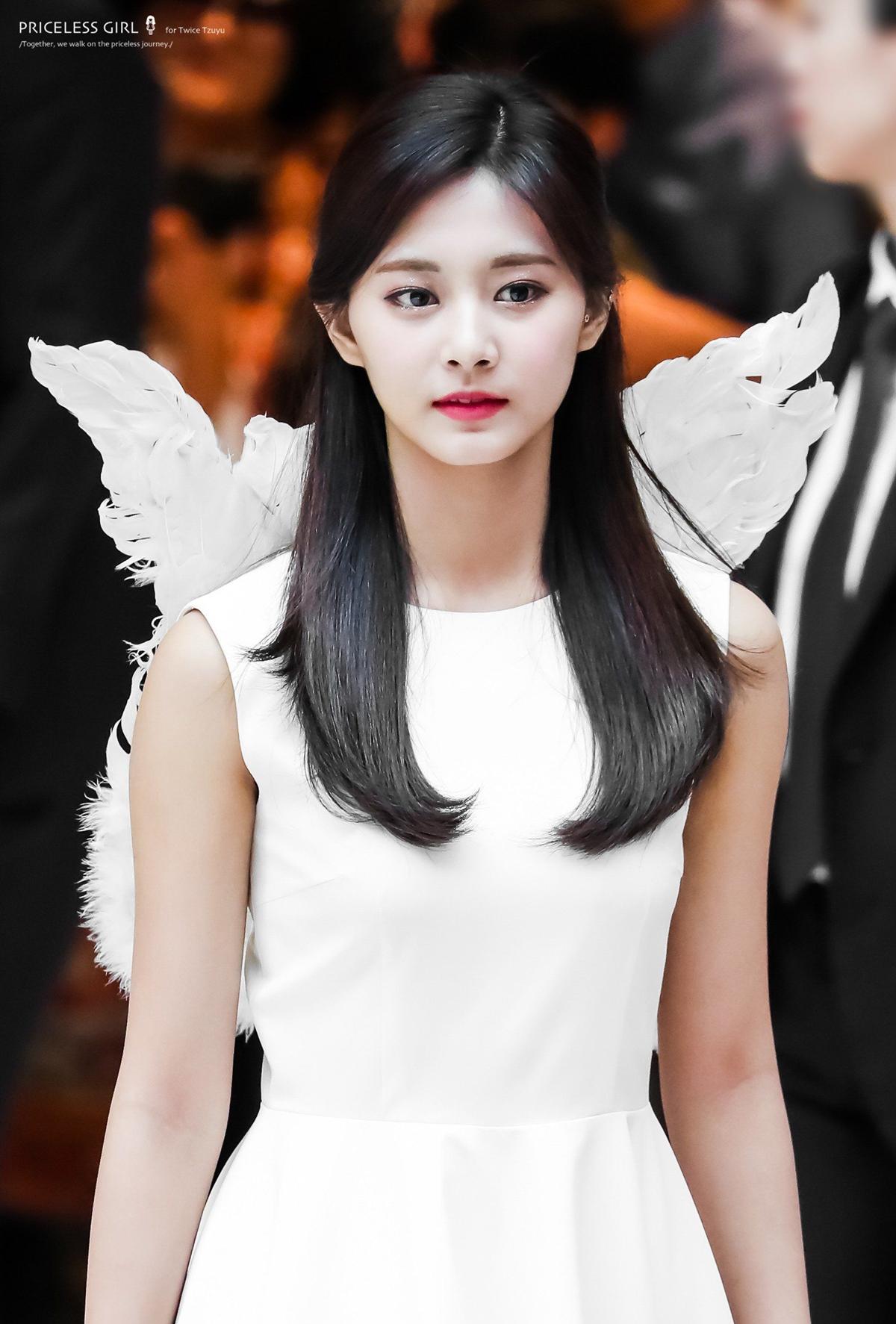 Tzuyu (Twice) được khen đẹp như thiên thần khi đeo cánh trắng.