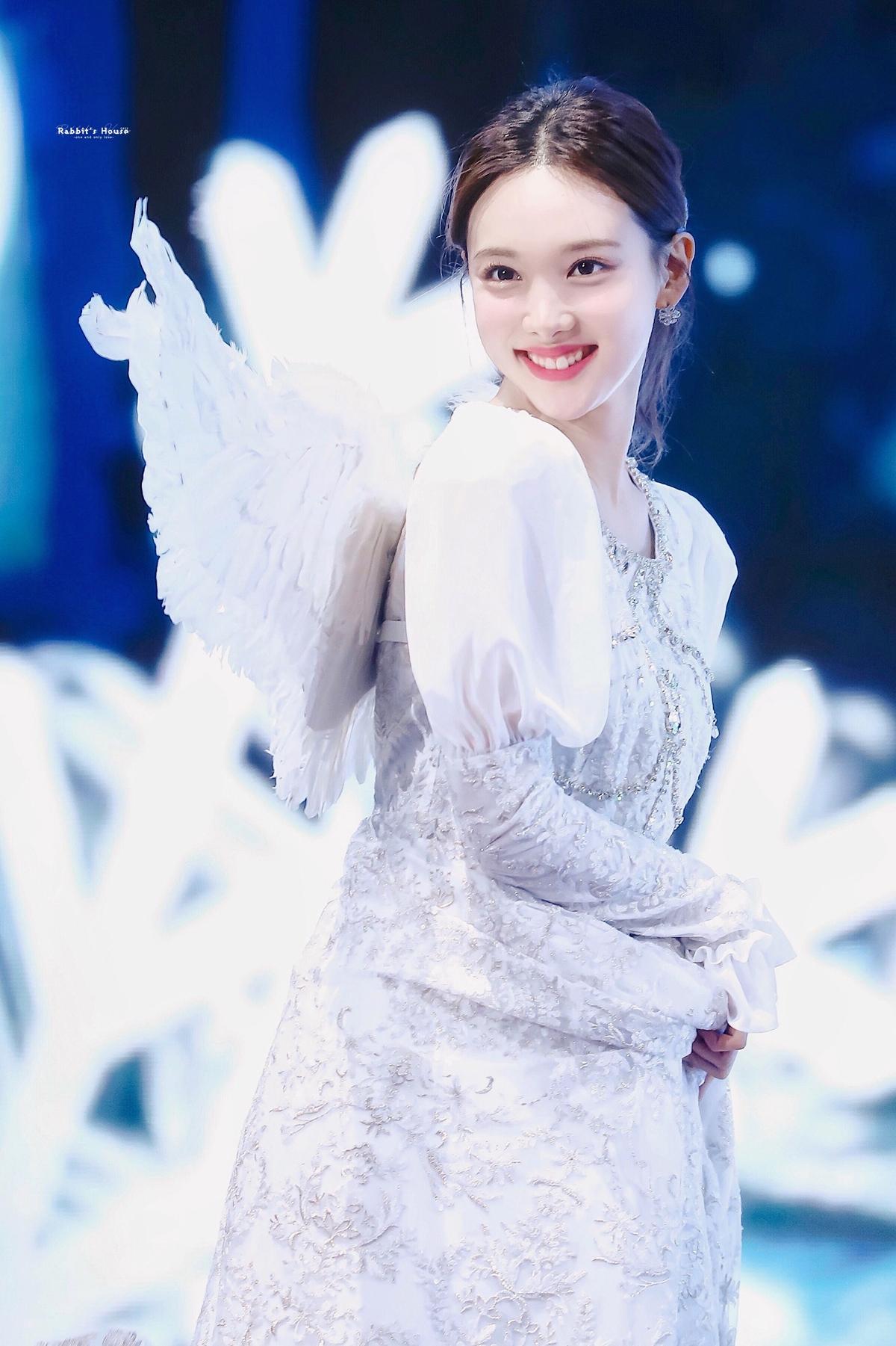 Khoảnh khắc sao Kpop hóa thiên thần váy trắng đẹp tinh khôi - 2