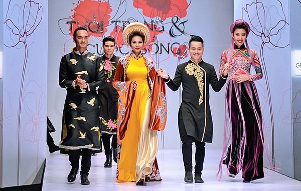 NTK Nhật Dũng (thứ hai từ phải qua) bên các người mẫu diễn thiết kế của mình.