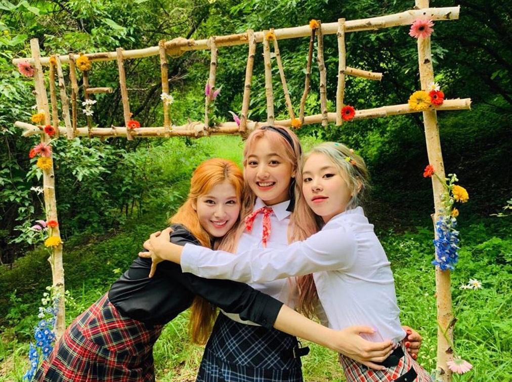 Sana, Ji Hyo và Chae Young diện đồ nữ sinh dễ thương ôm nhau tình cảm.