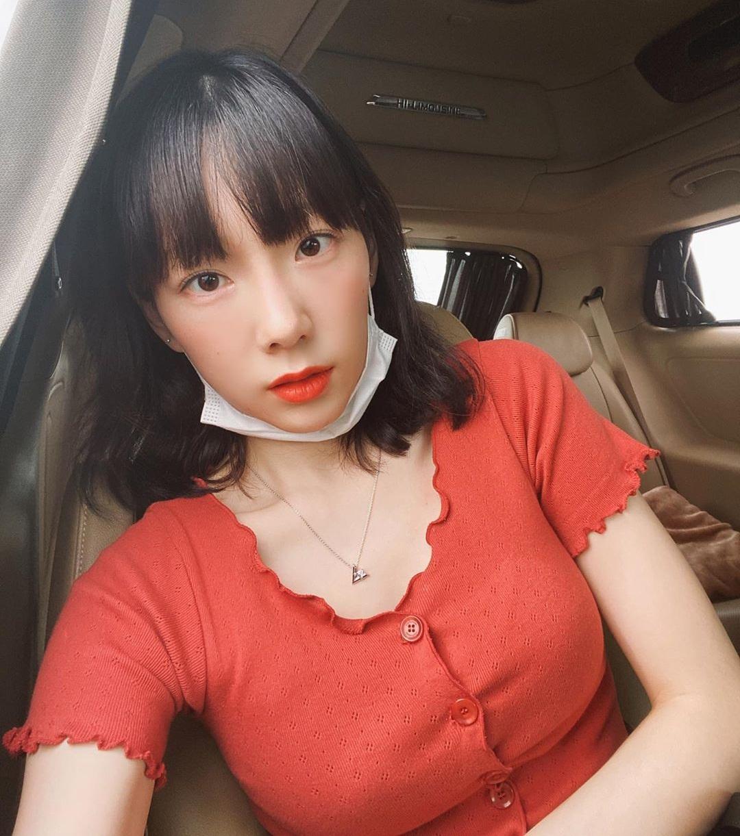 Tae Yeon dường như đã cắt tóc ngắn, càng tôn vẻ trẻ con đáng yêu.
