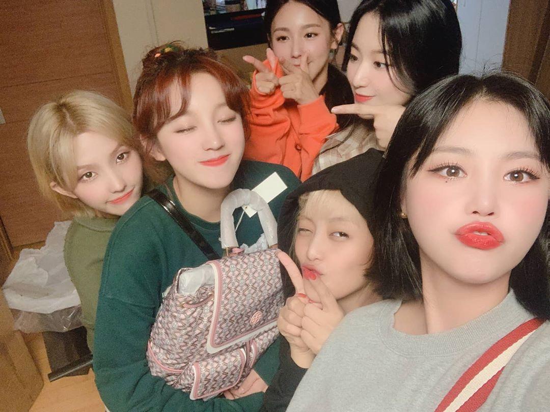 Yuqi cười tít mắt khi được các thành viên (G)I-DLE tặng túi xách trong ngày sinh nhật.