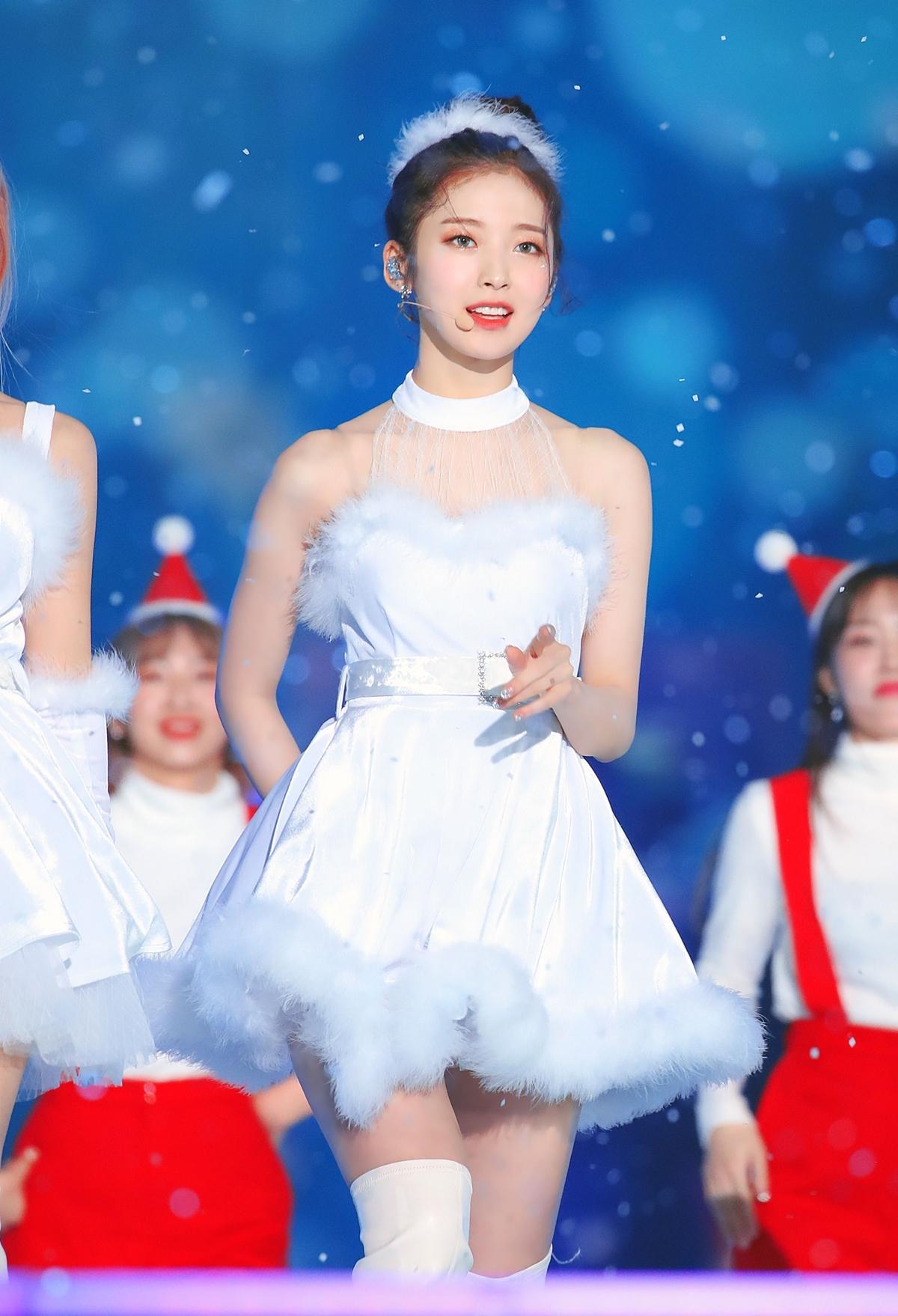 Arin (Oh My Girl) rạng ngời trên sân khấu dịp Giáng sinh.