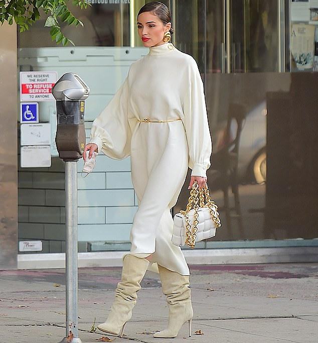 Miss Universe Olivia Culpo diện nguyên cây trắng tỏa nắng khắp đường phố Cali - 3