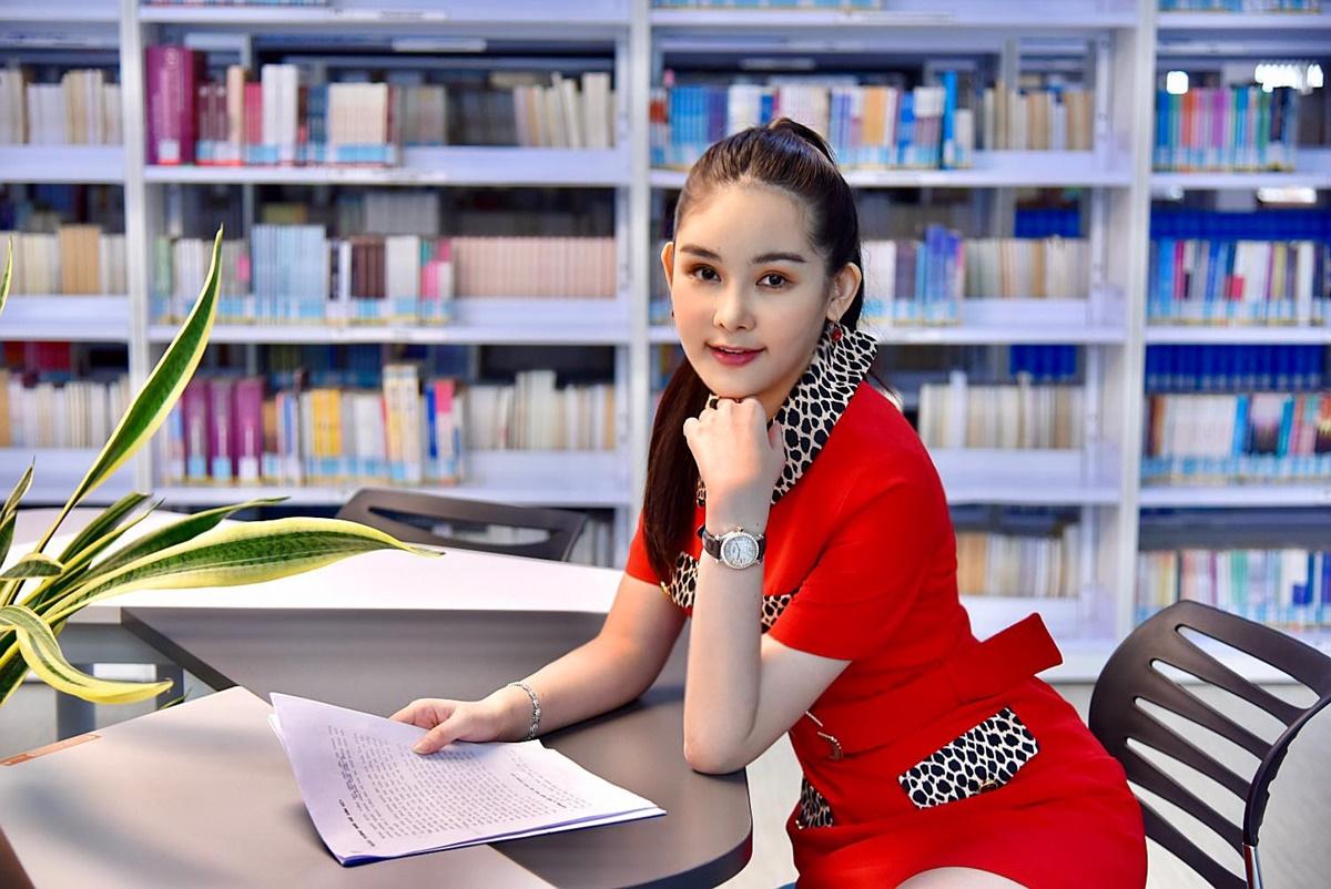 Váy đỏ pha họa tiết da beo của Gucci mà Ngân Anh mặc có giá 90 triệu đồng. Cô tự nhận thấy mình có phần trẻ trung, đa dạng về kiểu dáng trang phục cũng như điệu đà hơn một số giảng viên khác. Tuy nhiên, cô và tất cả các thầy cô đều tuân thủ quy chuẩn trang phục khi đi dạy.