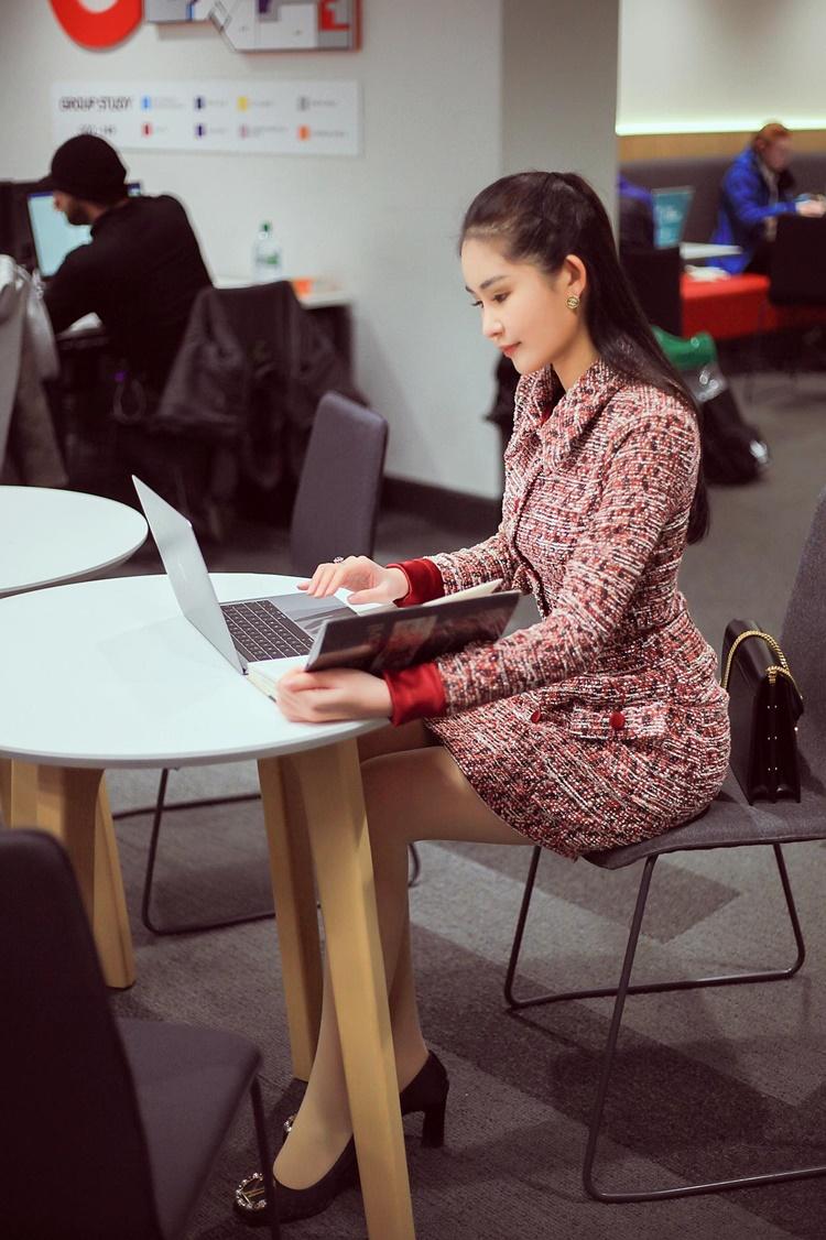 Làm việc ở thư viện của trường, Ngân Anh mặc bộ trang phục cô đặt may bên ngoài có giá 2 triệu đồng.