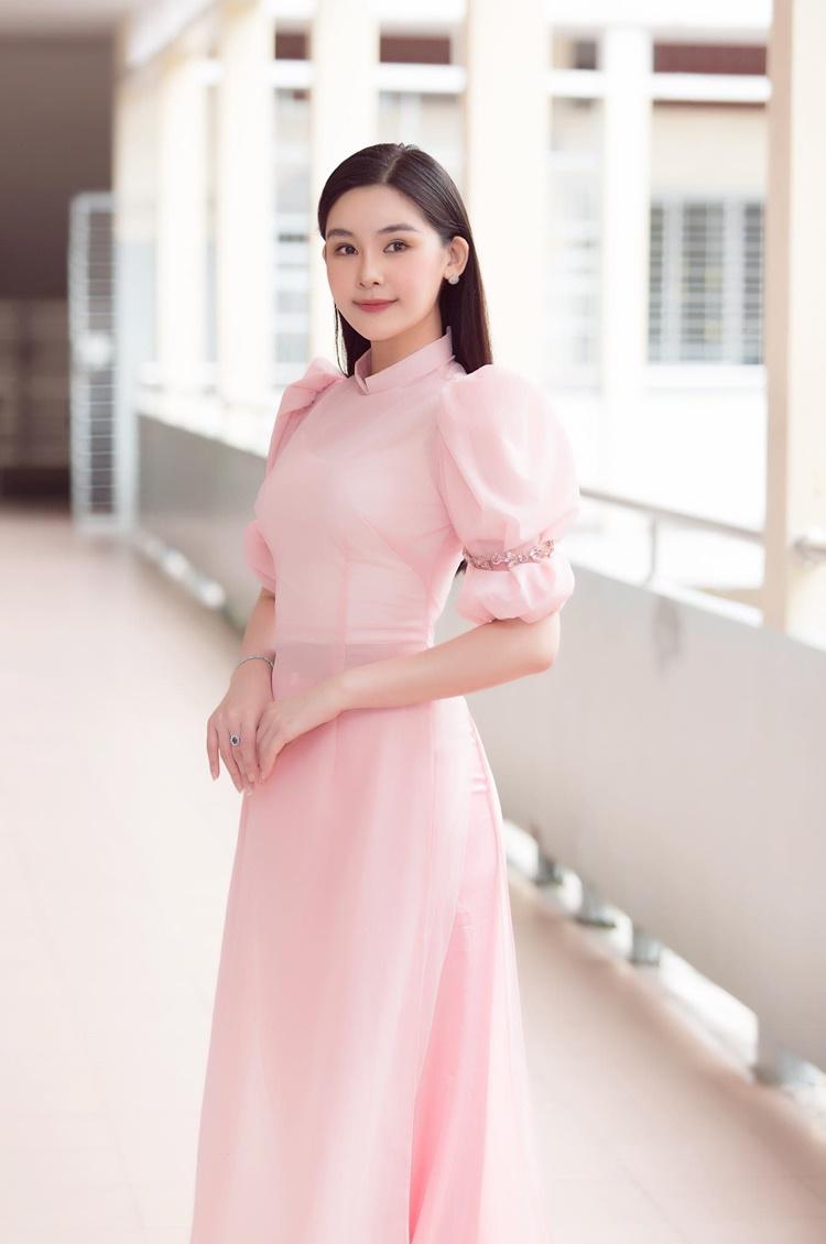 Áo dài tay bồng gam màu hồng Ngân Anh mặc trong lễ khai giảng có giá 500 ngàn đồng.