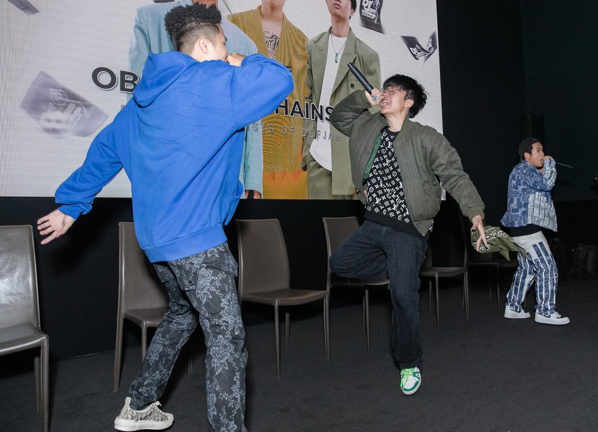 Obito cùng hai rapper trẻ khác là Seachains và Right cùng nhau khuấy động bầu không khí với ca khúc vừa ra mắt.