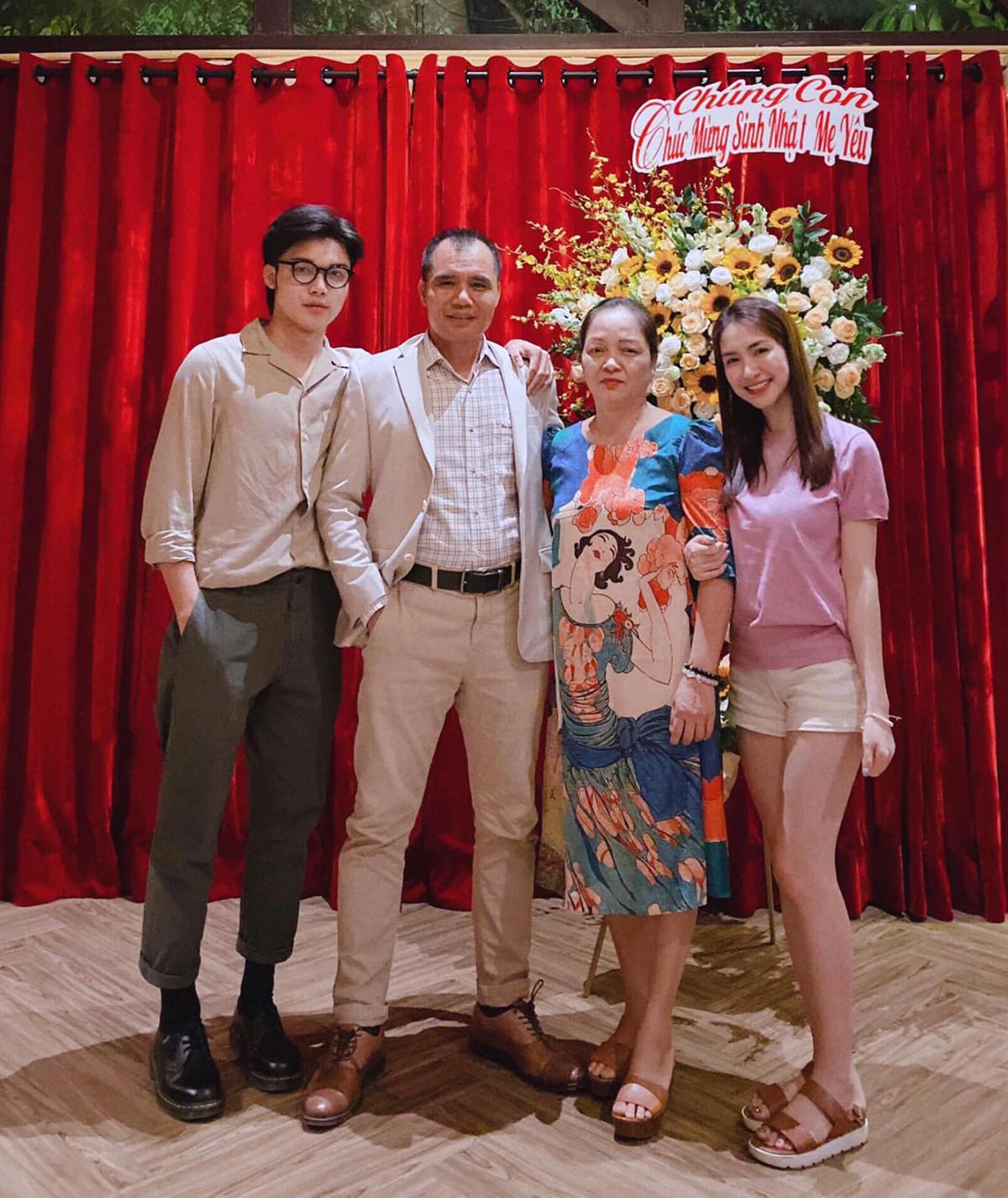Hòa Minzy đi ăn cùng cả gia đình mừng sinh nhật mẹ. Khi đi tiệc lồng lộn hết cỡ nhưng lúc bên bố mẹ, nữ ca sĩ giản dị đúng chuẩn cô con gái nhỏ.