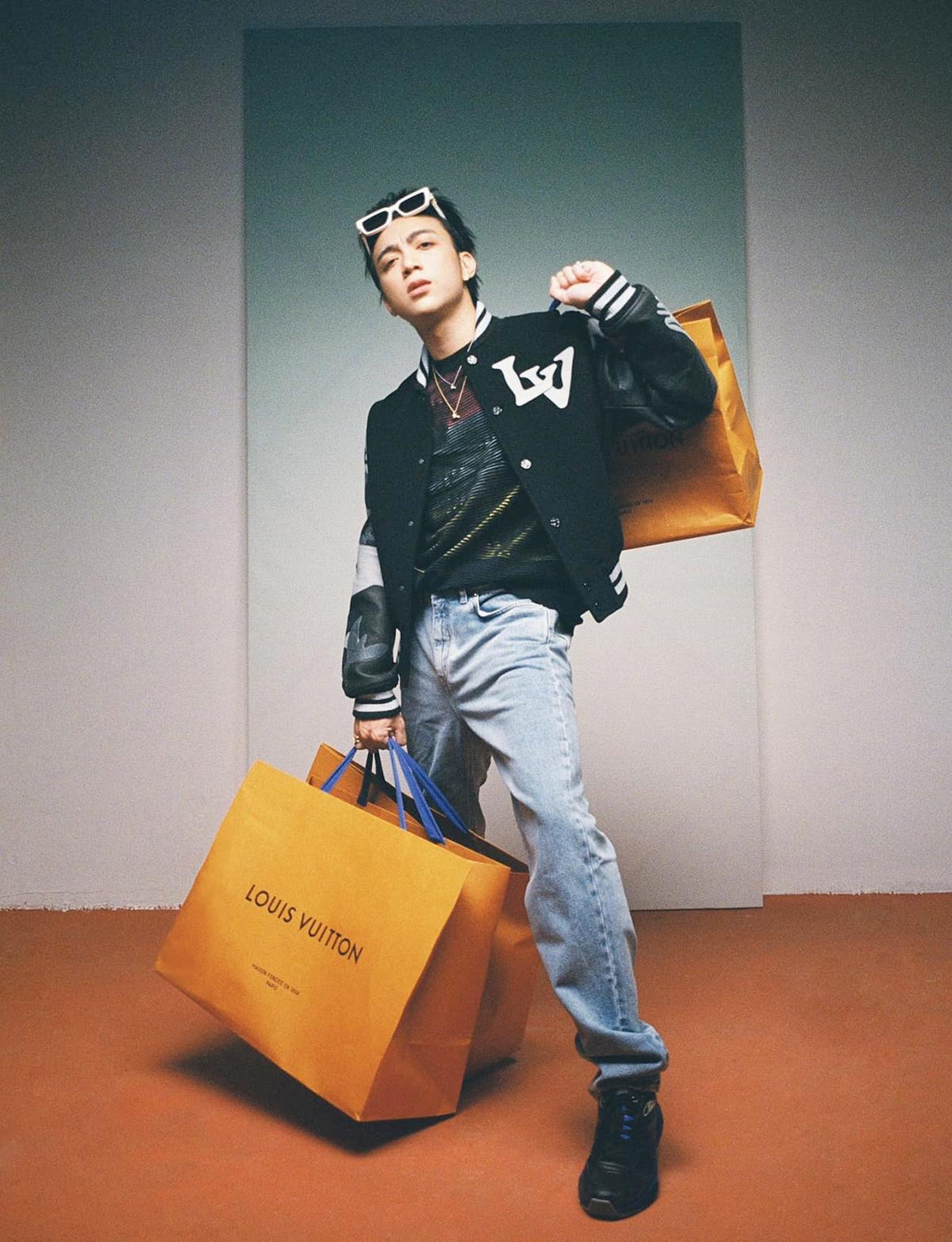 Soobin Hoàng Sơn chụp ảnh chất lừ với loạt đồ Louis Vuitton.