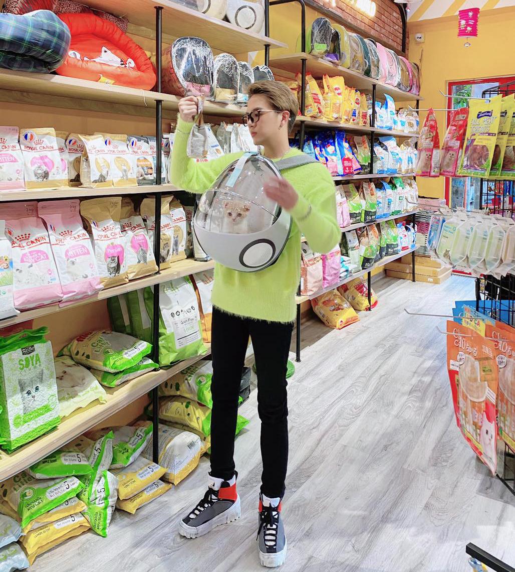 Duy Khánh đi mua đồ ăn cho mèo cưng.