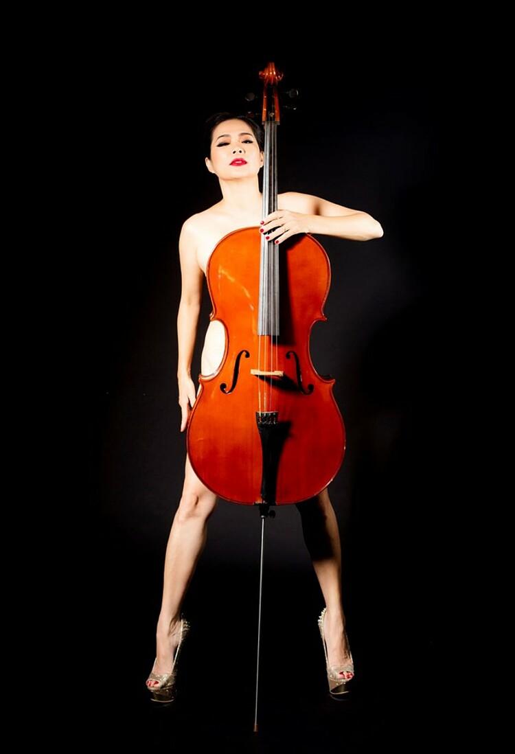 Mỹ Lệ nude bên đàn cello.