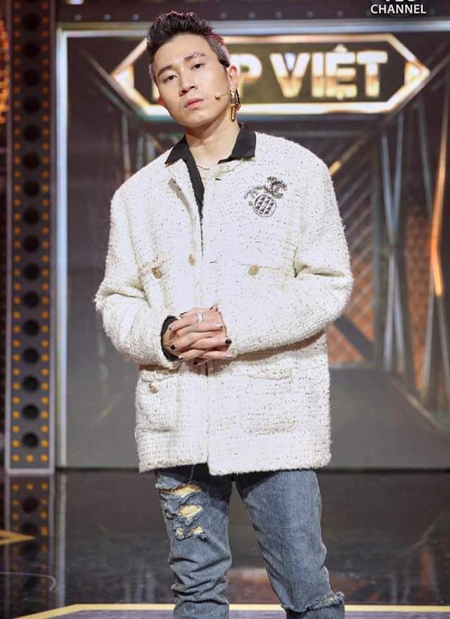 Karik cũng nhận ý kiến trái chiều khi lăng xê mốt áo dạ tweed khi ngồi ghế HLV Rap Việt. Nam rapper bị cho bắt chước G-Dragon từ cách mix đồ cho đến kiểu làm đẹp như sơn móng tay trắng, đen.
