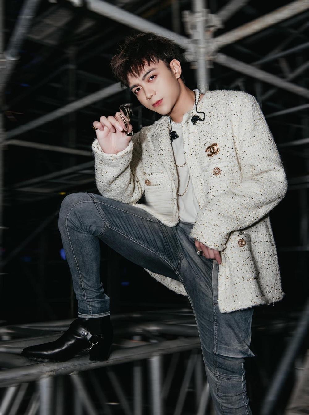 Soobin Hoàng Sơn là sao nam hiếm hoi diện áo khoác vải tweed nhưng vẫn cool ngầu, chất chơi.