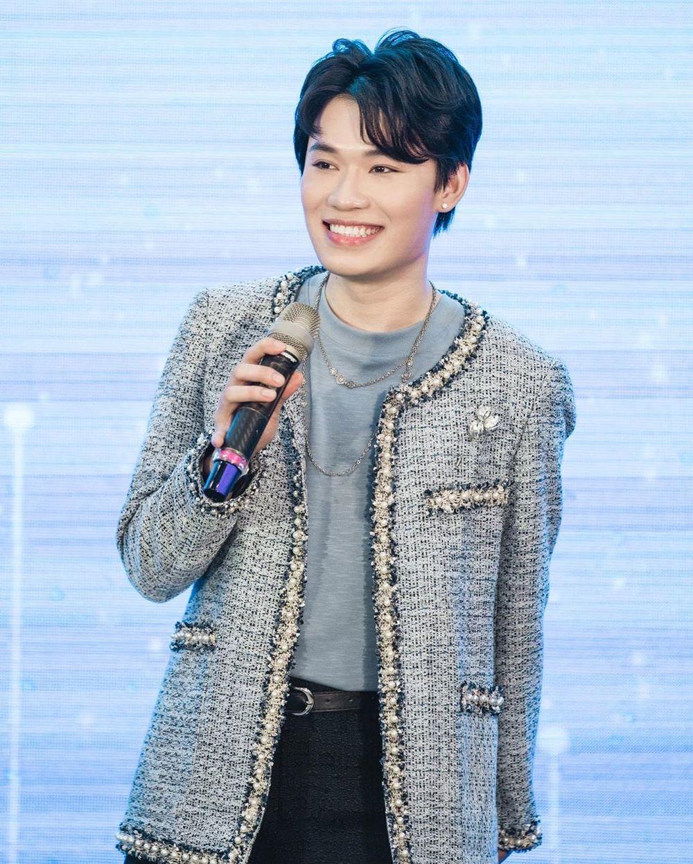 Quang Trung cũng sắm áo vải tweed sang trọng để diện đi sự kiện. Vốn có thân hình mảnh dẻ, khi diện món đồ đặc trưng nữ giới, chàng diễn viên trông càng nhỏ bé.