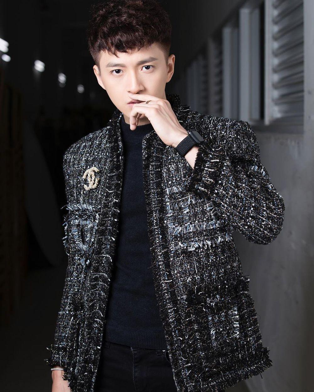 Khi đổi sang kiểu áo khoác vải tweed đơn giản, màu sắc trầm hơn, Ngô Kiến Huy trông mạnh mẽ hơn hẳn.