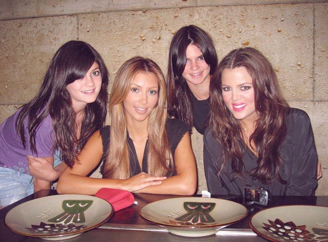 Kylie Jenner xấu hổ vì Kim Kardashian đăng ảnh thời còn phèn - 1