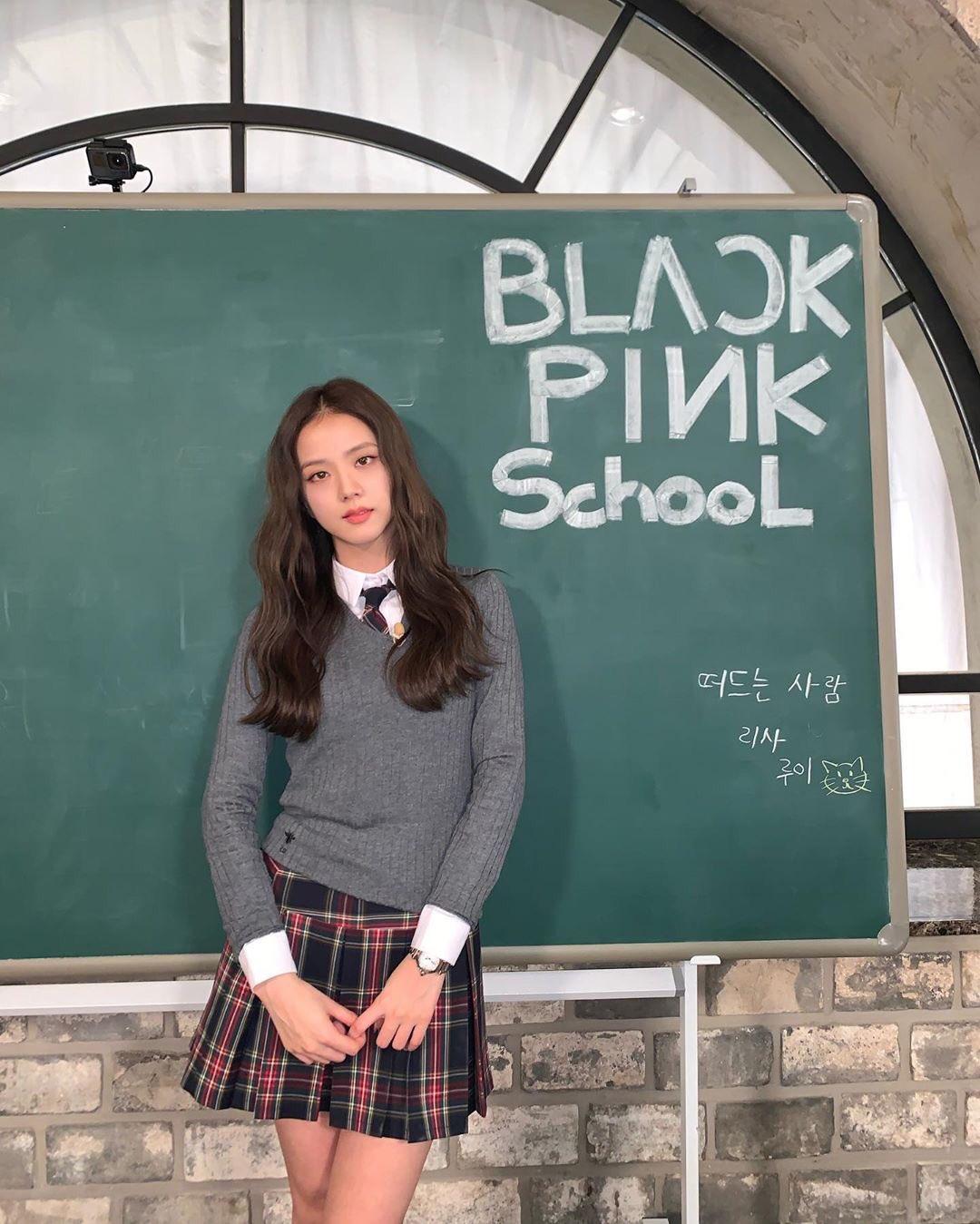 Ji Soo dược ví như một lớp trưởng mẫu mực, vừa xinh xắn vừa học giỏi.