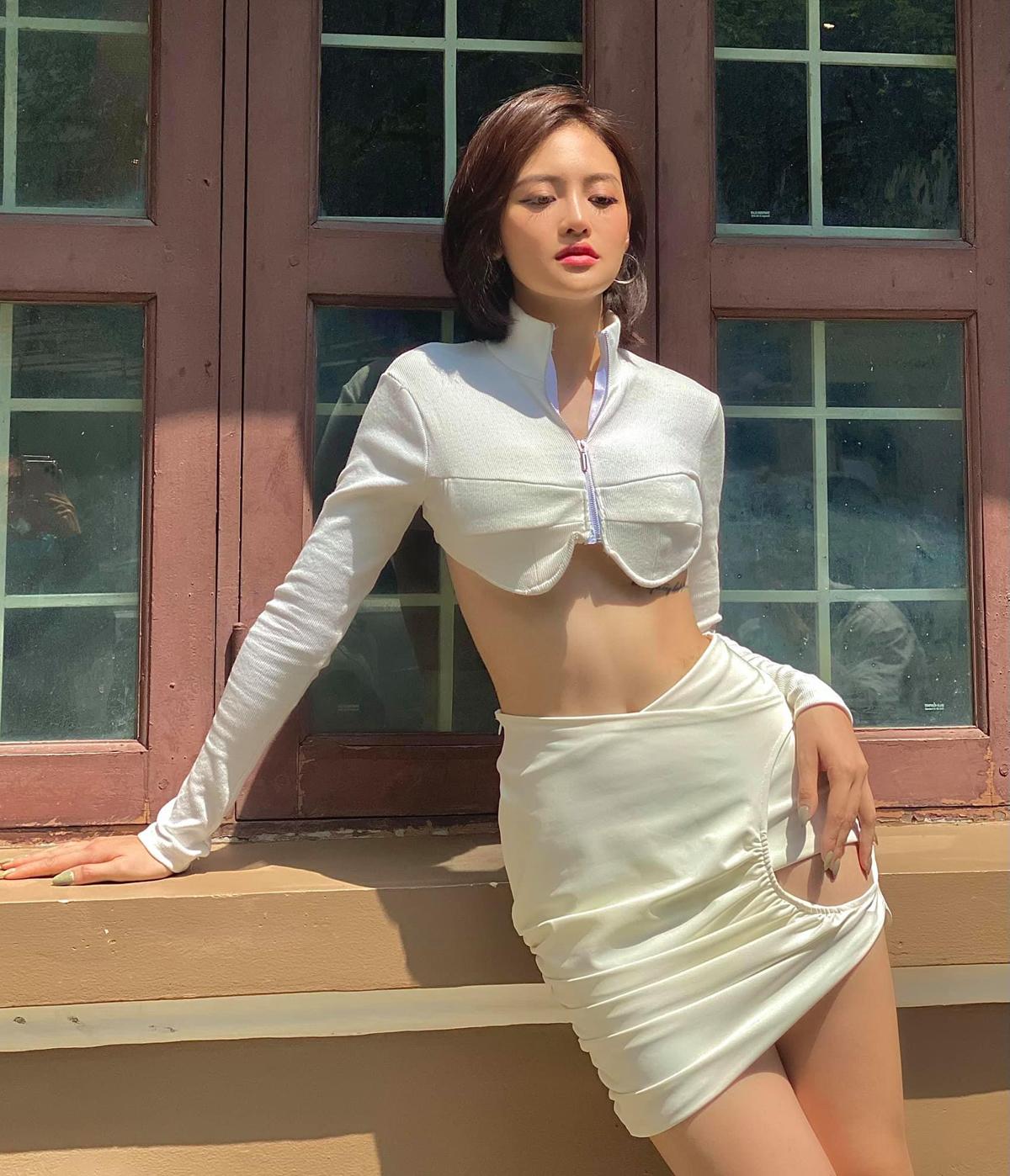 Thùy Anh thích chinh phục những kiểu đồ lạ. Chiếc áo vành đai ôm theo ngực và váy cắt khoét giúp nữ diễn viên khoe dáng săn chắc.