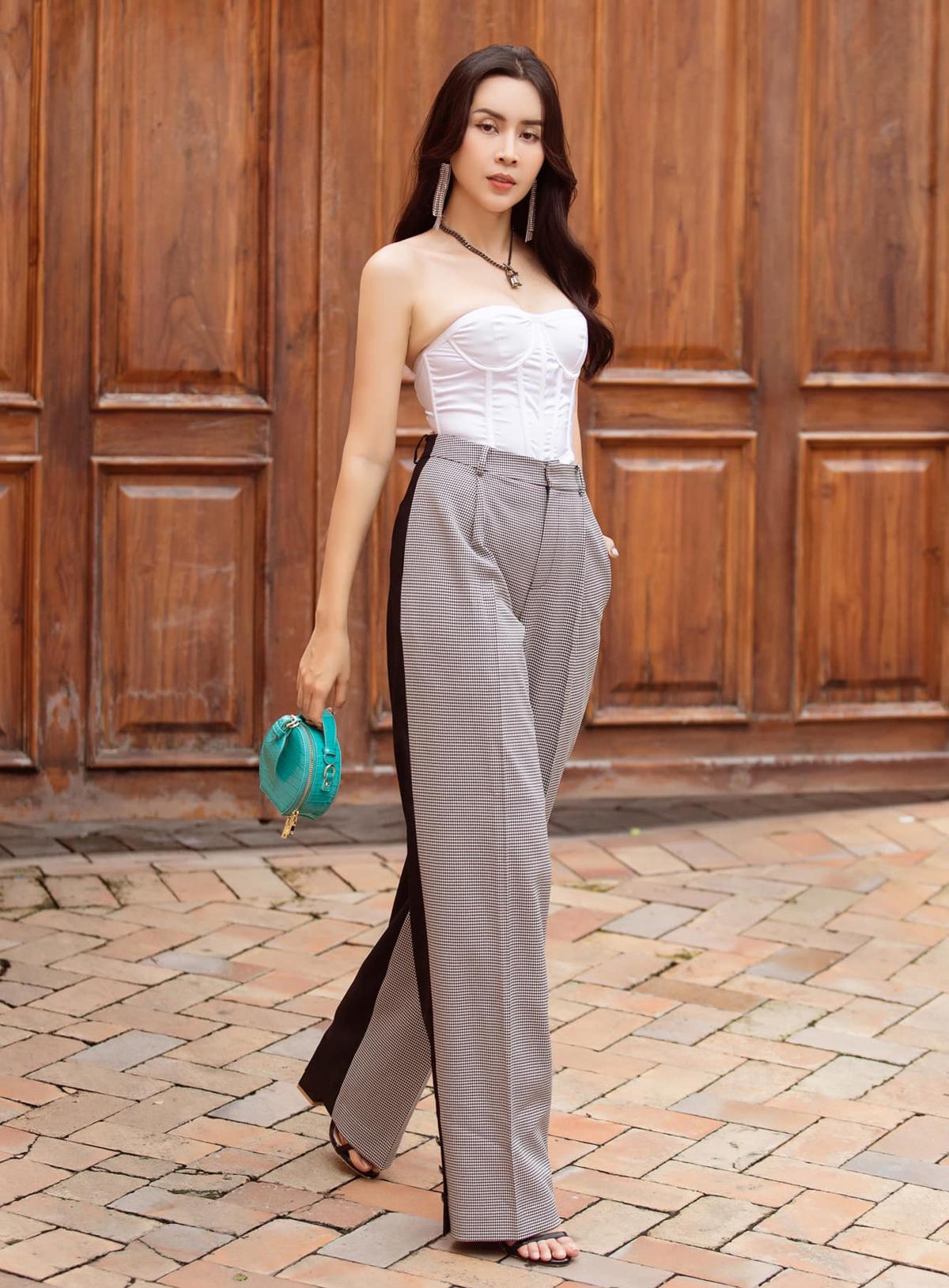 Áo corset đôn đẩy vòng một và quần ống suông giúp Lưu Hương Giang khoe nhan sắc tươi trẻ.