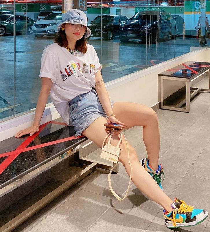 Miu Lê chứng tỏ độ chất chơi với phong cách streetwear đúng mốt, kết hợp trang phục từ những thương hiệu như Supreme, Jacquemus, Nike.
