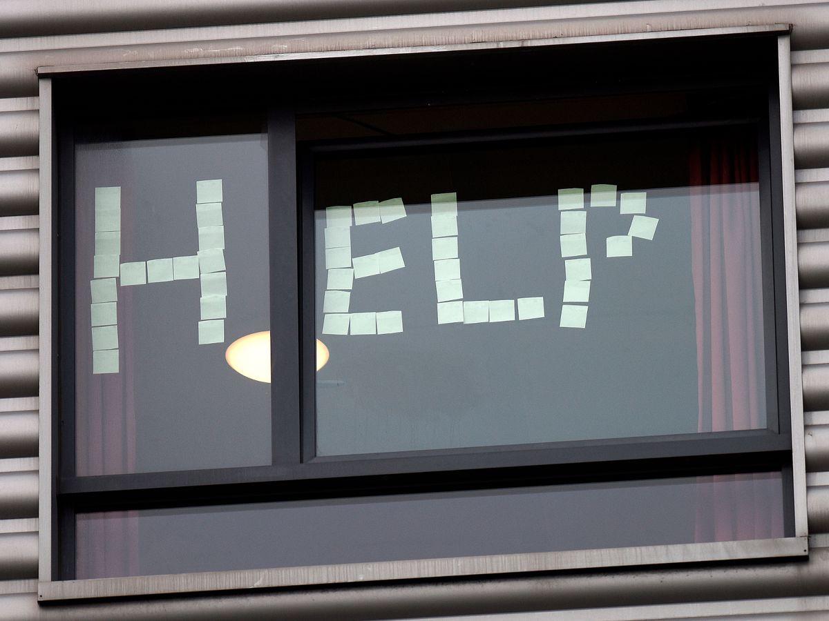 Các sinh viên cầu cứu sự giúp đỡ từ bên ngoài khi phải tự cách ly trong ký túc xá. Ảnh: Daily Record.