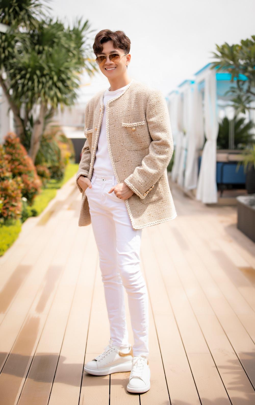 Ngô Kiến Huy xuất hiện tại buổi giới thiệu MV mới với vẻ ngoài bắt trend. Kiểu áo khoác vải tweed vốn được mặc định là đặc quyền của phái đẹp được nhiều mỹ nam Vbiz lăng xê thời gian qua được Ngô Kiến Huy chọn diện.