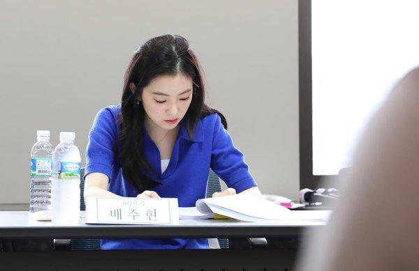 Những bức ảnh trong buổi đọc kịch bản của Irene cũng gây bão vì quá xinh đẹp, thành viên Red Velvet được khen sở hữu khí chất diễn viên, đẹp một cách nhẹ nhàng đầy sang trọng. Người hâm mộ kỳ vọng vào diễn viễn ra mắt trên mản ảnh rộng của Irene.