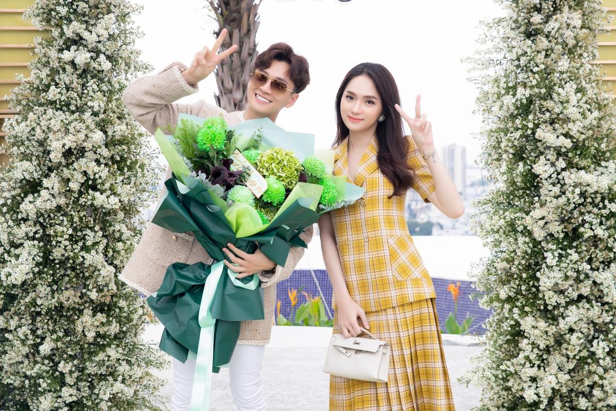 Nam ca sĩ đón Hương Giang đến chúc mừng.