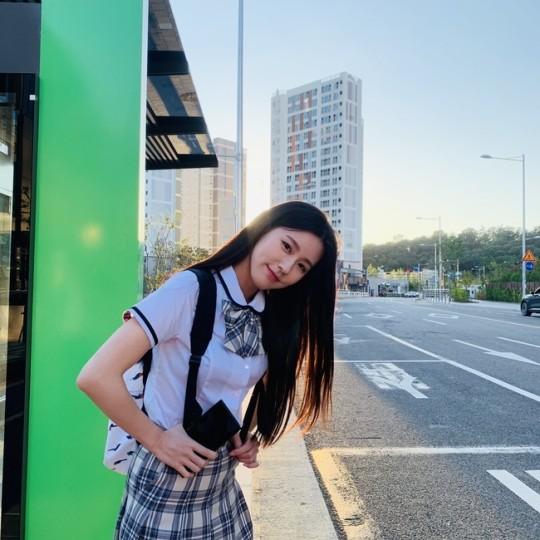 Tạo hình nữ sinh khiến Mi Yeon vào top trending vì quá xinh đẹp. Thành viên (G)I-DLE được khen là nữ thần trường học, dù sinh năm 1997 vẫn cực hợp với bộ đồng phục nữ sinh. Mi Yeon xứng đáng là đại diện nnhan sắc của thế hệ idol thứ 3, thuộc top những thần tượng xinh đẹp nhất xứ Hàn. Đây là lần đầu Mi Yeon thử sức sang lĩnh vực diễn xuất và nhận được sự ủng hộ của người hâm mộ, netizen Hàn vì khí chất diễn viên nổi trội.