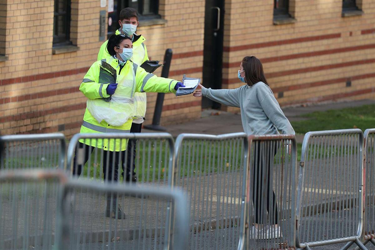 Nhân viên NHS phát bộ dụng cụ kiểm tra cho sinh viên đại học Glasgow. Ảnh: PA.