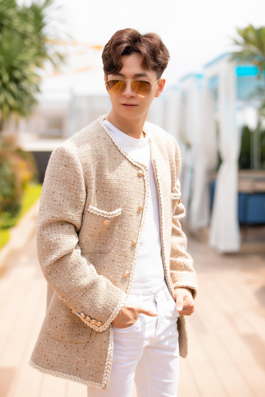 Ngô Kiến Huy gia nhập hội mỹ nam mê mệt khoác vải tweed, tạo nên sự phá cách. Trước anh, Vbiz có Trấn Thành, Karik tạo hiệu ứng khi mặc kiểu áo này.