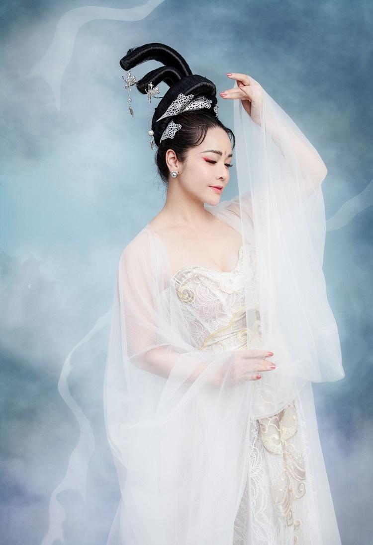 Trang điểm: Sang Nguyễn, Photo: Nhật Đỗ