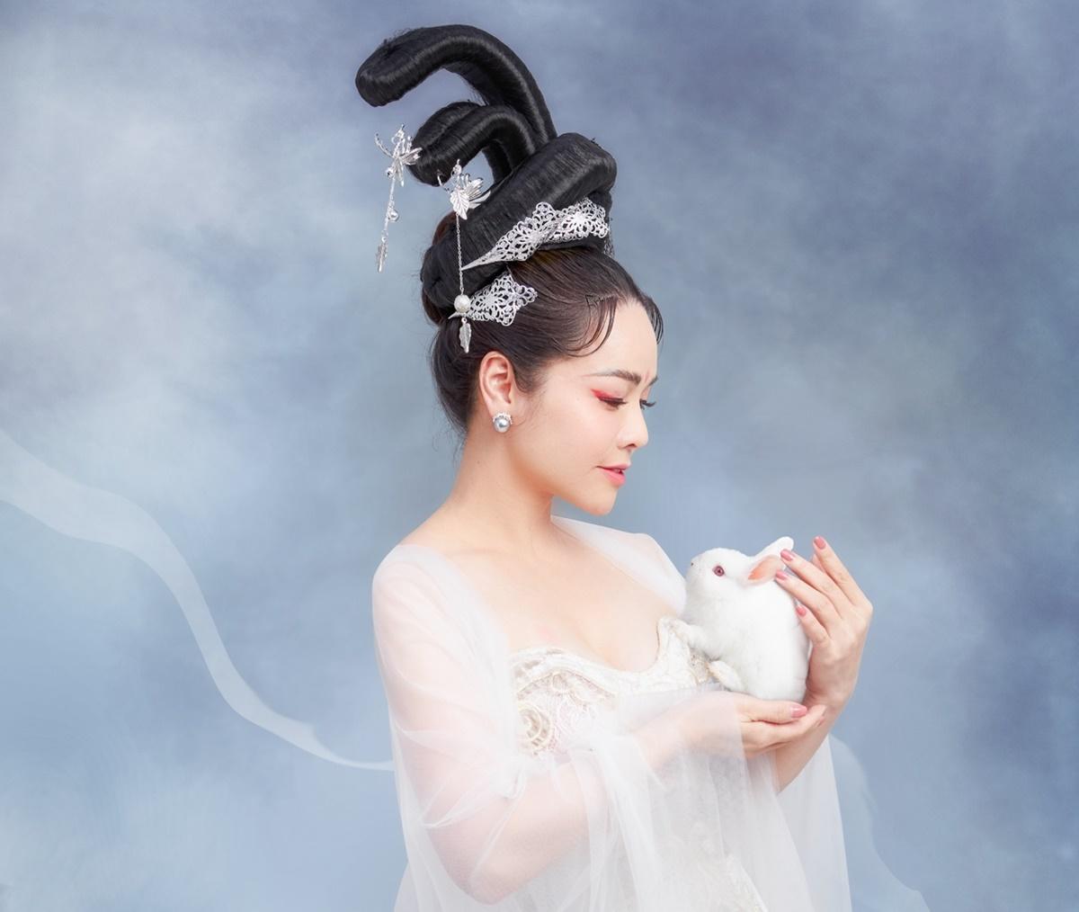 Nhiếp ảnh gia Nhật Đỗ khen Kim Anh có vóc dáng mảnh mai, gương mặt trẻ trung nên hợp với bối cảnh của buổi chụp.