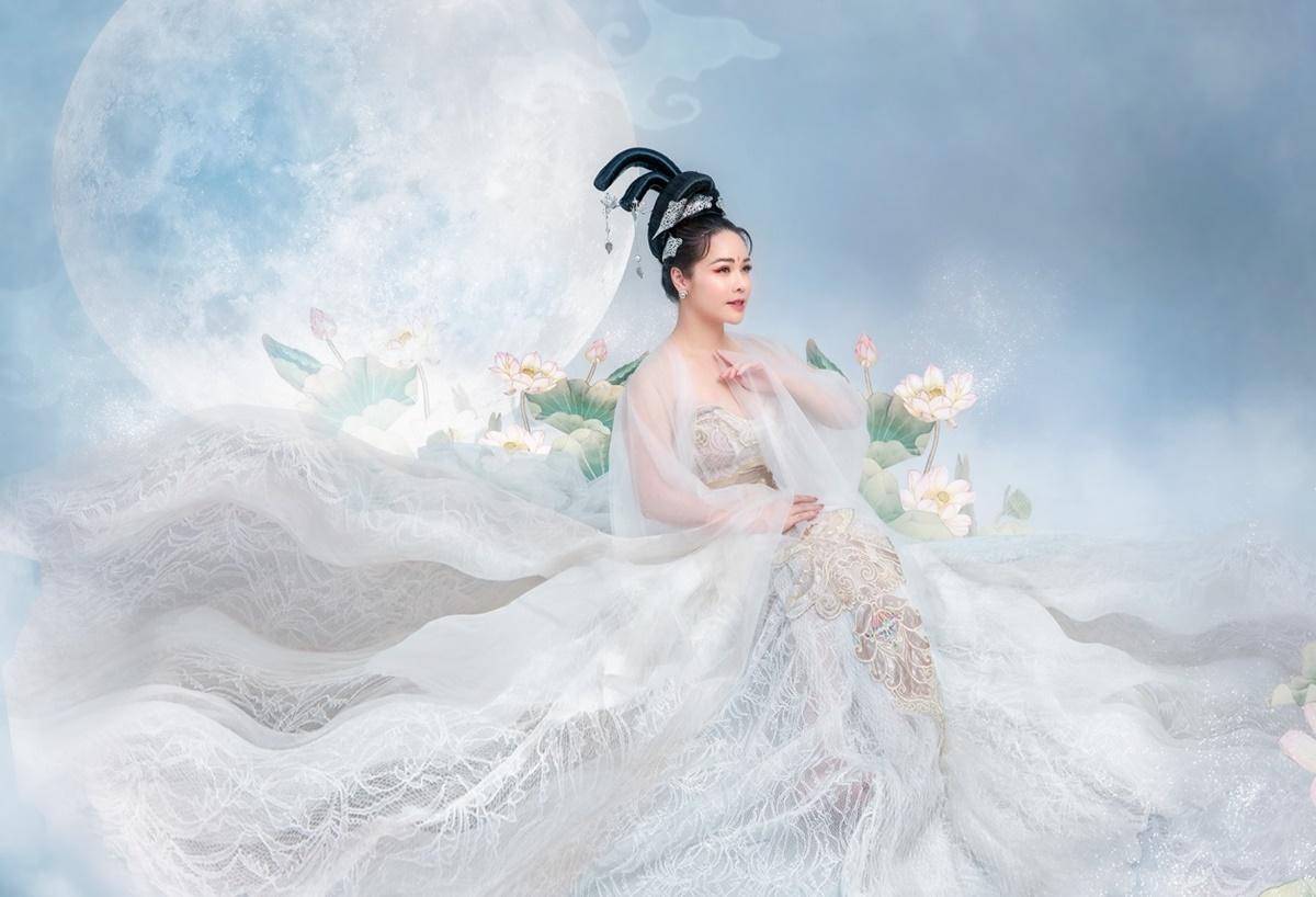 Set đồ gồm đầm cúp ngực, khoăn choàng ren. Nhật Kim Anh đeo trâm cài tóc, trang điểm nhẹ nhàng hợp concept. Nữ diễn viên cho biết cô không nhận ra mình khi đứng trước gương sau khi hóa trang.