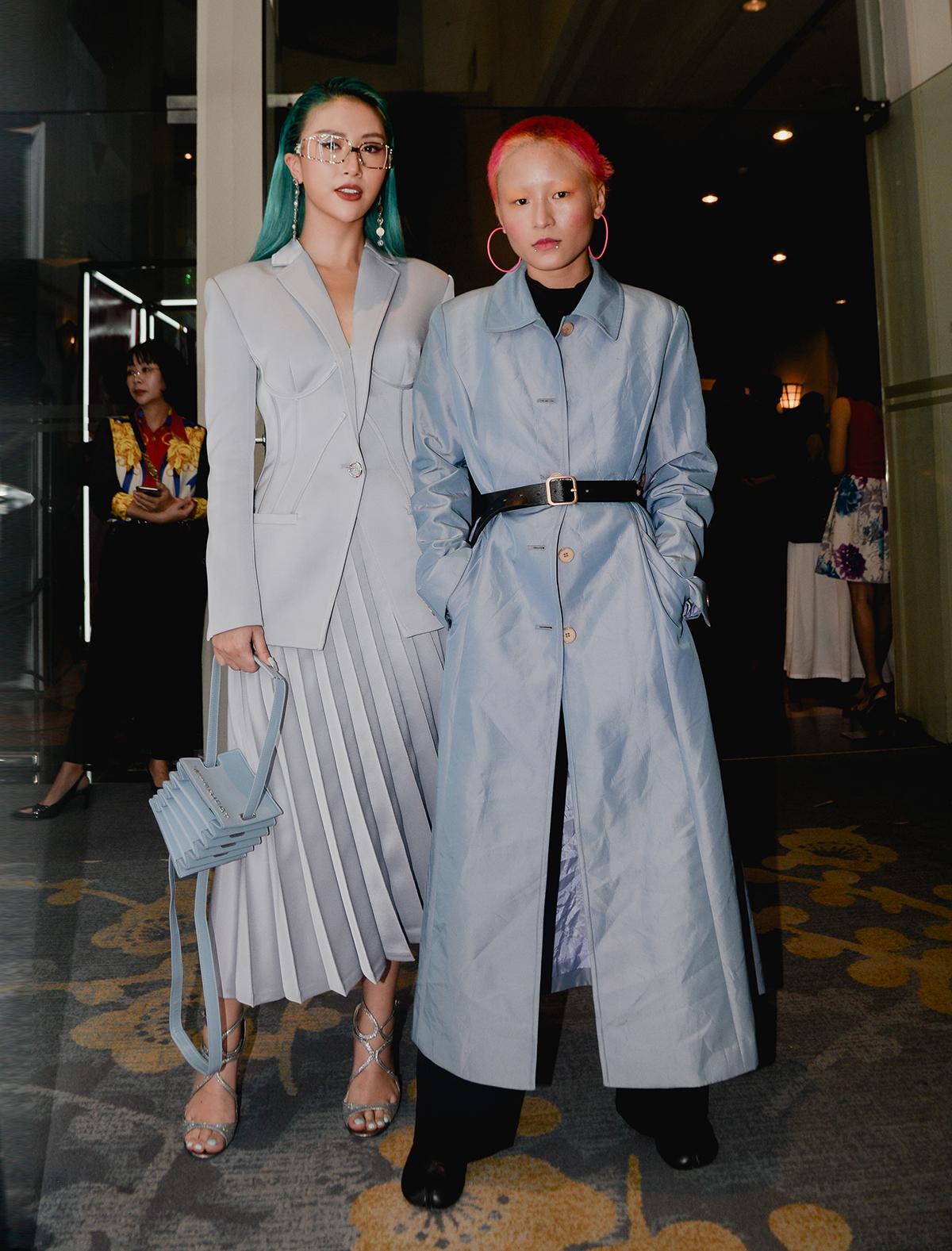 Quỳnh Nhi (phải) đầy cá tính khi diện đồ cảm hứng tương lai, khoe mái tóc hồng neon bên hot girl Quỳnh Anh Shyn.