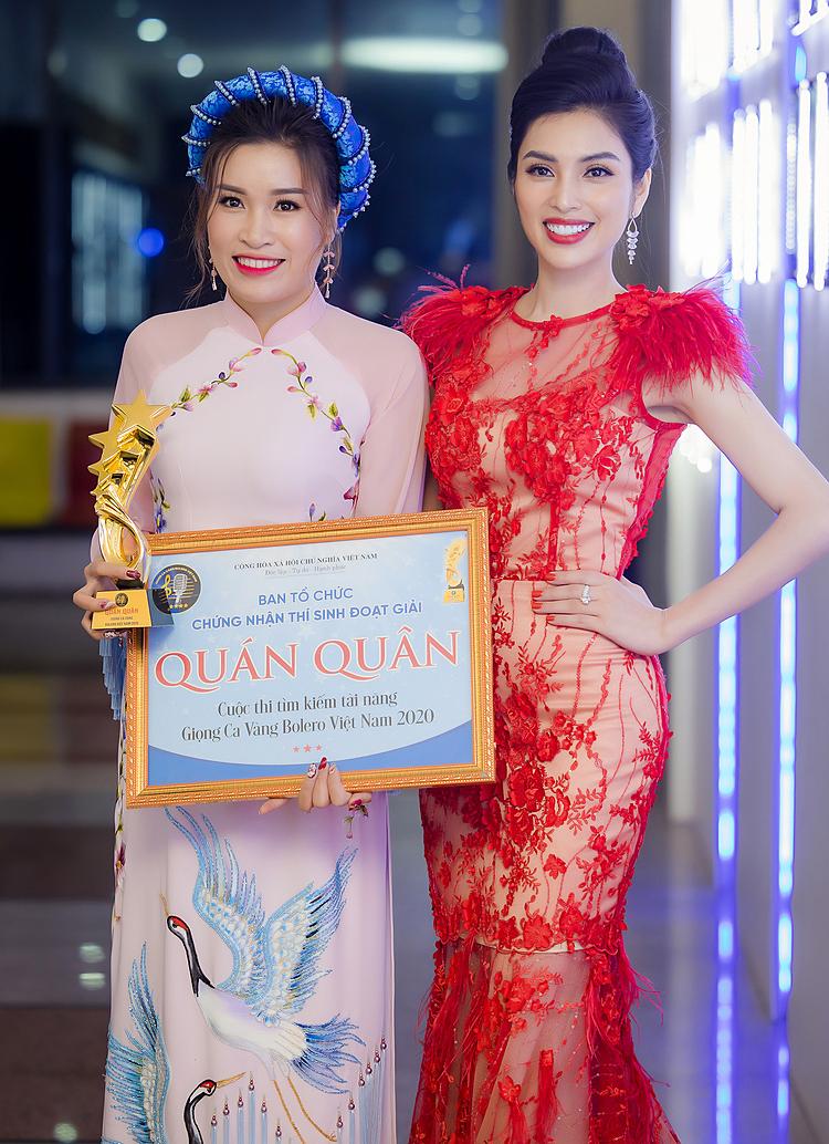 Thanh Hiển bên ca sĩ Huyền Sâm (phải).