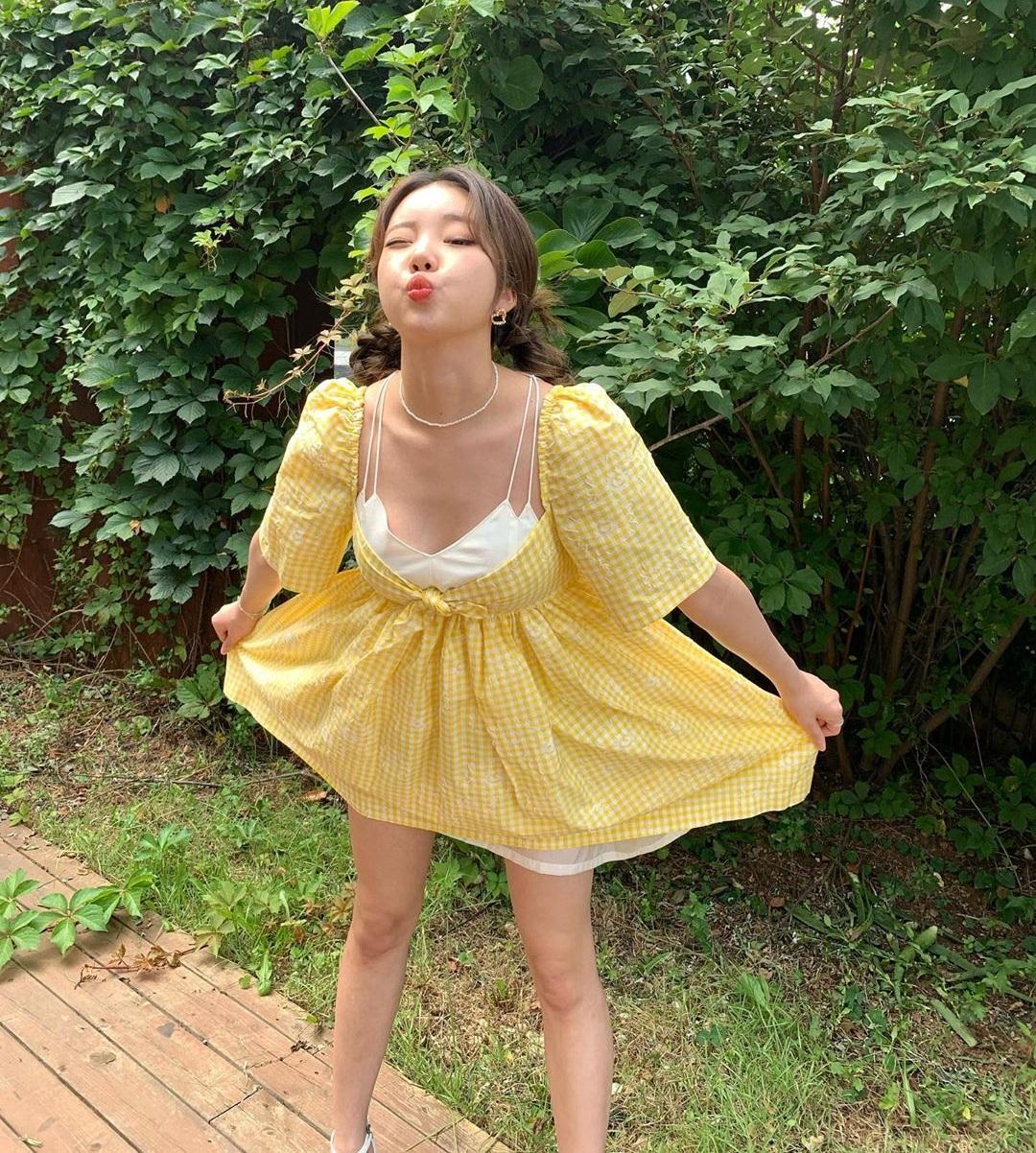 JooE diện váy hở cổ rộng, tạo dáng phong cách vừa sexy vừa cute.