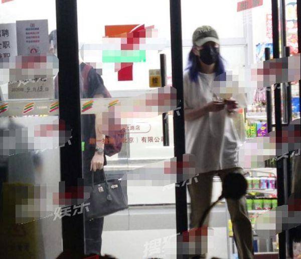 Khuya 26/9, Triệu Vy đi siêu thị cùng người đàn ông này. Cô cầm kem đi ra ngoài trước còn người kia thanh toán.