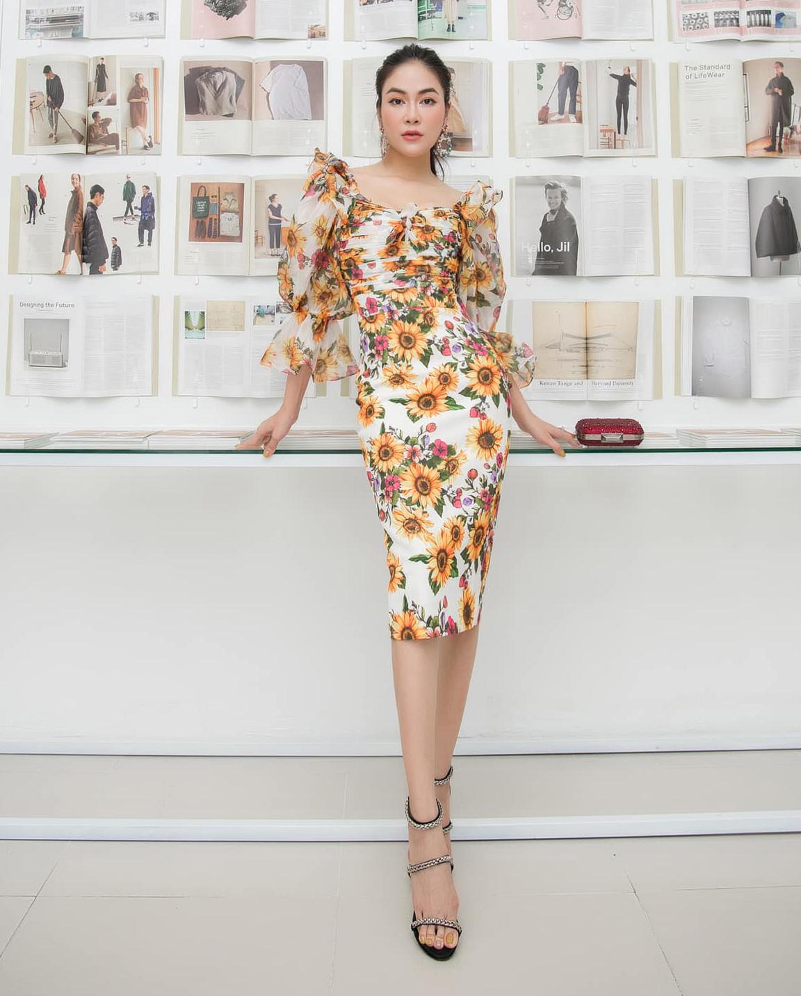 Ca sĩ Tuyết Nga mặc chiếc đầm cảm hứng cổ điển đi event. Hoa hậu Áo dài 2019 mix cầu kỳ hơn cả khi kết hợp hoa tai, sandals đều lấp lánh. Cô còn cầm clutch đỏ để tạo điểm nhấn.