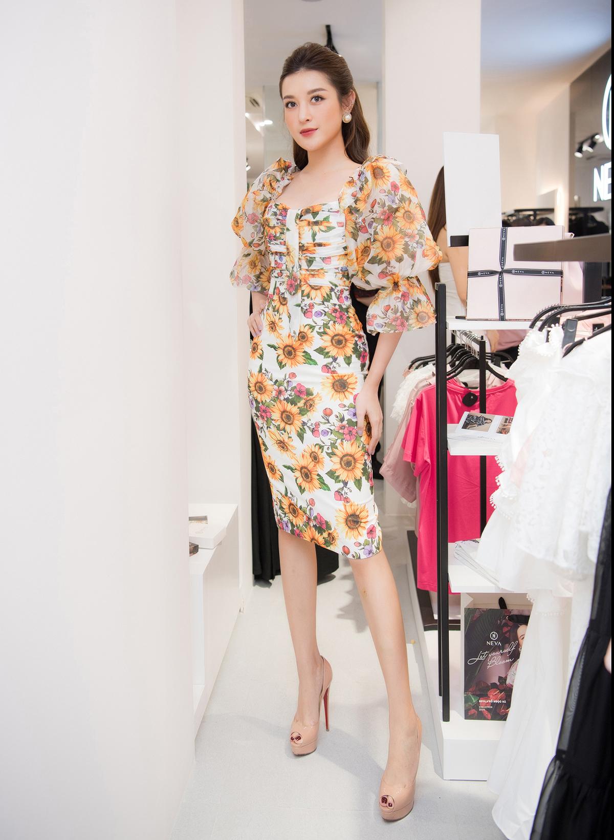 Tham dự một sự kiện thời trang gần đây, Huyền My khoe dáng với bộ đầm bó sát. Chiếc váy họa tiết hoa hướng dương ôm sát đường cong giúp á hậu tôn lên vòng eo thon thả.