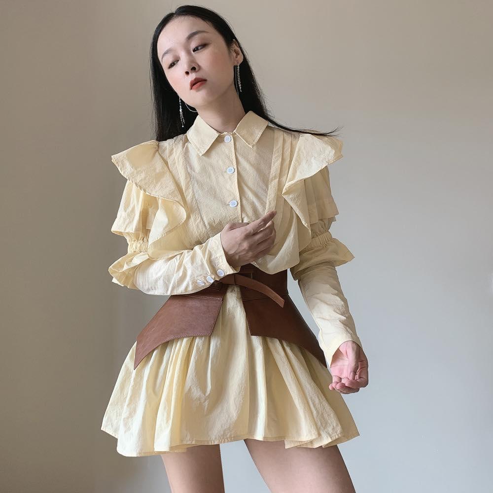 Vì có kiểu dáng khá rườm rà, thắt lưng to bản, trang phục này hợp hơn cả với những cô nàng có vóc dáng mảnh mai.