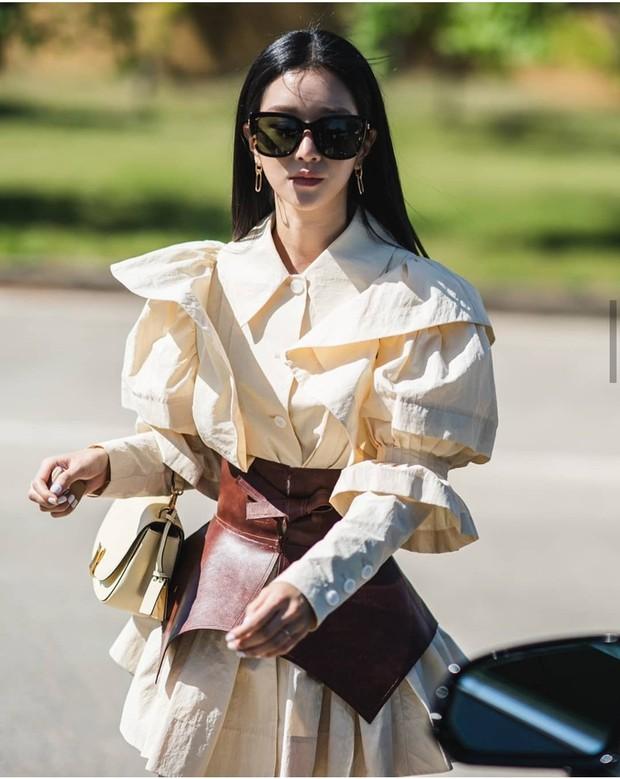 Với phong cách sang chảnh đậm chất quý tộc, nữ nhà văn Go Moon Young là một trong những nhân vật có tạo hình ấn tượng nhất trên màn ảnh Hàn năm nay. Nhờ vai diễn ấn tượng này, nữ diễn viên Seo Ye Ji thay đổi hình tượng hoàn toàn, trở thành fashion icon được giới trẻ mến mộ. Những bộ trang phục cô diện trong phim cũng gây chú ý, nhiều fan bắt chước mặc theo.