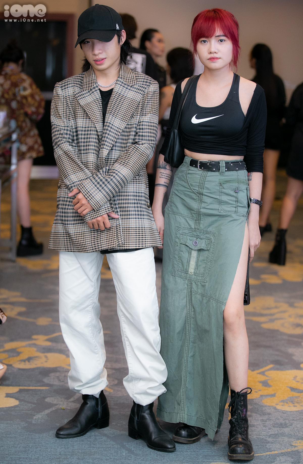Trong khi anh chàng Đông Hải mặc blazer kẻ chuẩn sang thu, cô bạn Khánh Linh không ngại khoe eo thon, chân dài với croptop và váy xẻ cao tít tắp.