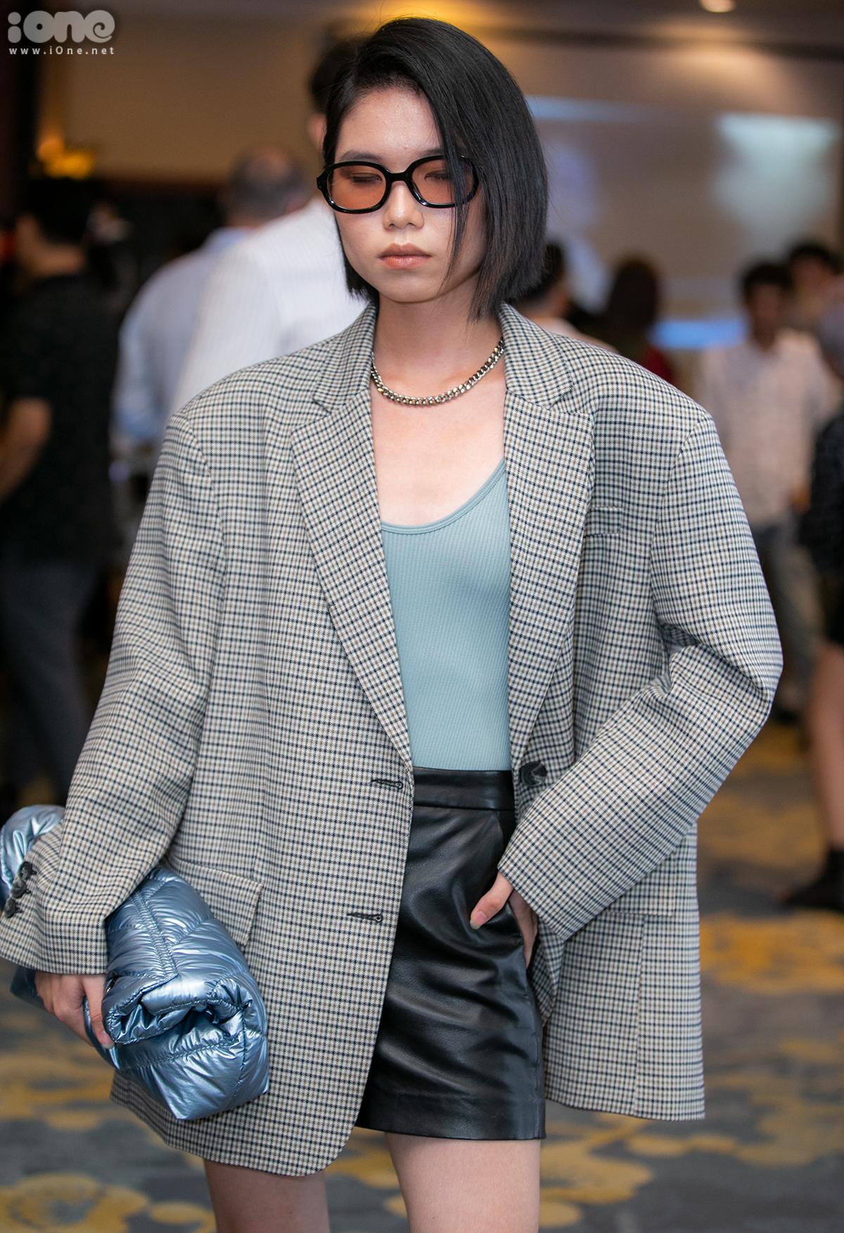 Không chỉ cùng tên Phương Linh, cô bạn này cũng có sở thích với blazer oversized. Tuy nhiên thay vì kết hợp cùng quần ống rộng, Linh mix chân váy da và kính râm, tạo vẻ sang chảnh.